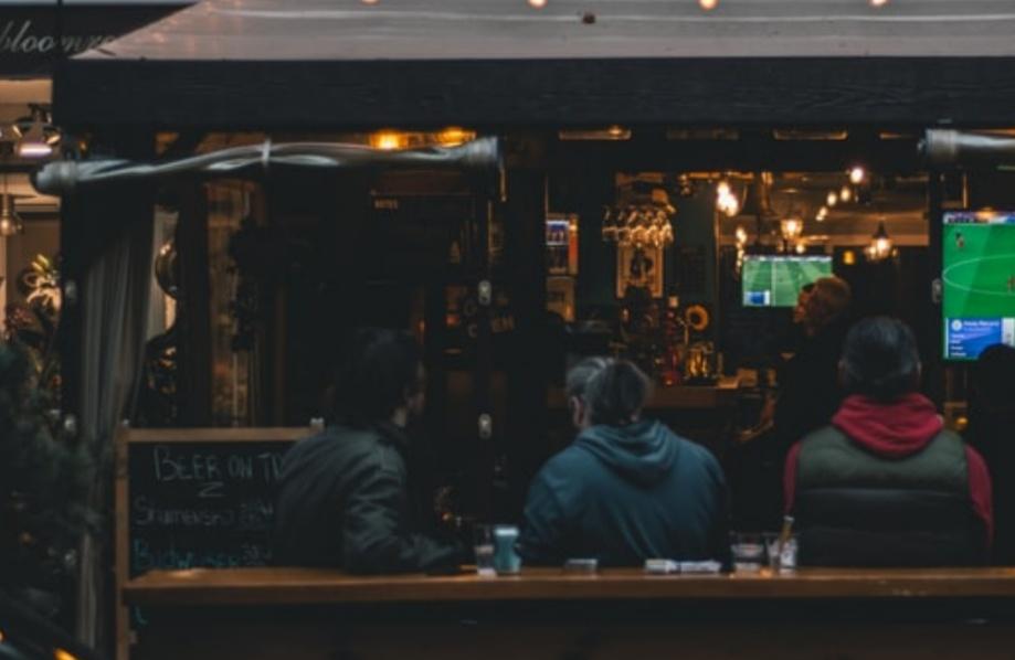 Просмотр спорта на дому или в спортивном баре?